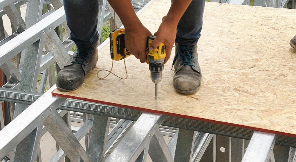 Las placas de OSB se envuelven en una membrana de viento y agua que las protege de las inclemencias del tiempo. Foto: SteelPlex / Grupo Edisur